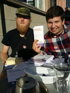 Ulf och Andreas laddar med fika innan kampanjarbete